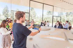 IPad und vergrößerte Wirklichkeitsausstellung am Apple-Park-Besucher-Cent lizenzfreie stockfotos