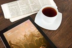 IPad z świergotem na ekranie w biurze na drewnianym stole Obraz Royalty Free