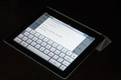 IPad2 mit intelligenter Abdeckung wird verwendet, um eine eMail zu bestehen Lizenzfreie Stockfotos