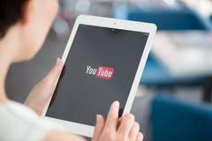 在苹果计算机iPad空气的YouTube应用 图库摄影