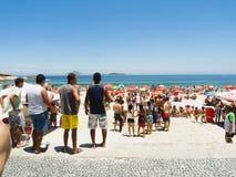 IPANEMA海滩,里约热内卢,巴西- 2009年11月:人群  库存照片