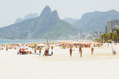 IPANEMA海滩,里约热内卢,巴西- 2009年11月:人们pl 免版税库存图片