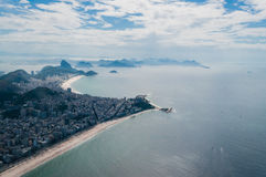 从直升机的科帕卡巴纳和Ipanema海滩景色 库存图片