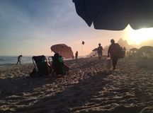 Ipanema-Strand bei Sonnenuntergang mit Sonnenblenden Stockfoto