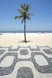 Ipanema strand Rio de Janeiro Boardwalk med palmträdet Arkivfoto