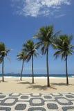 Ipanema-Strand Rio de Janeiro Boardwalk mit Palmen Stockfotos