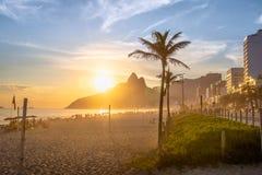 Ipanema-Strand und zwei Bruder-Berg bei Sonnenuntergang - Rio de Janeiro, Brasilien stockfotografie