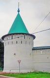 Ipatevsky修道院在Kostroma,俄罗斯 秋天桦树叶子草甸橙树 库存照片