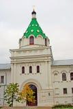 Ipatevsky修道院在Kostroma,俄罗斯 秋天桦树叶子草甸橙树 免版税库存照片