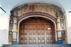 Ipatevsky kloster i Kostroma, Ryssland Gamla kyrkliga ingångsdörrar Fotografering för Bildbyråer