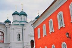 Ipatevsky monaster w Kostroma, Rosja jesień brzoz liść łąkowi pomarańczowi drzewa Obraz Stock
