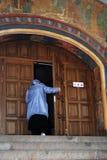 Ipatevskyklooster in Kostroma, Rusland De oude deuren van de kerkingang Stock Foto