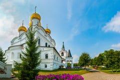 Красивый вид монастыря Ipatiev святой троицы в России в городе Kostroma на Волга стоковая фотография rf
