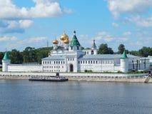 Ipatievsky男性修道院(14世纪)河伏尔加河的河岸的在Kostroma,俄罗斯 免版税库存照片