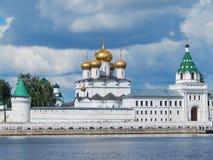 Ipatievsky mannelijk klooster (14de eeuw) in Kostroma in Rusland royalty-vrije stock fotografie