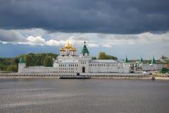 Ipatyevsky för helig Treenighet kloster under den dånande himlen på en September dag Kostroma Arkivfoton