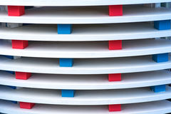 Ipe木篱芭设施witrh红色和蓝色颜色 库存照片