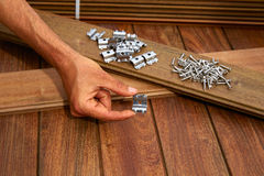 Ipe bevestigingsmiddelen van de schroevenklemmen van de dek de houten installatie royalty-vrije stock foto