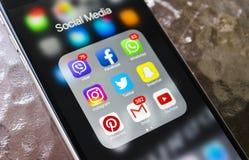Iphone与社会媒介象的6个加号在屏幕上的在玻璃桌上 智能手机生活方式智能手机 开始社会媒介app 免版税库存照片