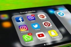 iphone与社会媒介象的7个加号在屏幕上的在绿色木桌上 智能手机生活方式智能手机 开始社会媒介 免版税库存图片