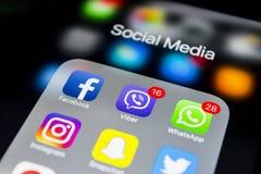 iphone与社会媒介象的7个加号在屏幕上的 智能手机生活方式智能手机 开始社会媒介app 免版税库存图片