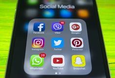 iphone与社会媒介象的7个加号在屏幕上的 智能手机生活方式 开始社会媒介app 免版税图库摄影