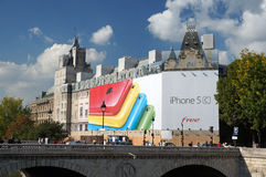 IPhone在巴黎法国补充说 库存照片