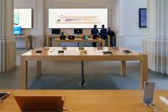 IPhone手机和iPad片剂待售在苹果计算机商店 库存图片