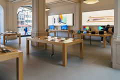 IPhone手机和iPad片剂待售在苹果计算机商店 库存照片