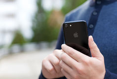 IPhone 7 εκμετάλλευσης ατόμων αεριωθούμενο μαύρο Onyx Στοκ εικόνες με δικαίωμα ελεύθερης χρήσης