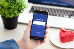 IPhone εκμετάλλευσης γυναικών 6 διαστημικός γκρίζος με την υπηρεσία Facebook Στοκ Εικόνα
