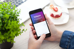 IPhone εκμετάλλευσης γυναικών 6 διαστημικός γκρίζος με την υπηρεσία Instagram Στοκ εικόνα με δικαίωμα ελεύθερης χρήσης