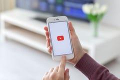 IPhone εκμετάλλευσης γυναικών με την τηλεοπτική υπηρεσία YouTube στην οθόνη Στοκ φωτογραφία με δικαίωμα ελεύθερης χρήσης