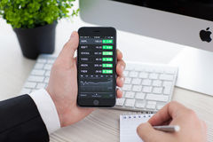 IPhone 6 εκμετάλλευσης επιχειρηματιών με τα αποθέματα εφαρμογής της Apple Στοκ φωτογραφίες με δικαίωμα ελεύθερης χρήσης