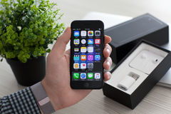 IPhone 7 εκμετάλλευσης χεριών ατόμων ο αεριωθούμενος Μαύρος με IOS 10 Στοκ Εικόνες