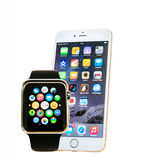 Iphone και ρολόι της Apple με τα apps που απομονώνονται Στοκ φωτογραφίες με δικαίωμα ελεύθερης χρήσης