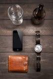 Iphone και της μπύρας κοντά στα ρολόγια σε ξύλινο Στοκ φωτογραφία με δικαίωμα ελεύθερης χρήσης