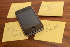 iPhone μήλων 4GS εναντίον των κίτρινων σελίδων με τις σημειώσεις. Στοκ φωτογραφία με δικαίωμα ελεύθερης χρήσης