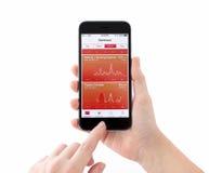 IPhone 6 με την υγεία υπηρεσιών της Apple σε ένα χέρι γυναικών Στοκ Εικόνα