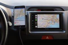 IPhone με τους χάρτες της Apple στο παιχνίδι οθόνης και αυτοκινήτων Στοκ φωτογραφία με δικαίωμα ελεύθερης χρήσης