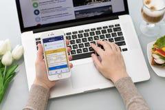 IPhone με app την κράτηση σε απευθείας σύνδεση κρατήσεις ξενοδοχείων COM Στοκ φωτογραφίες με δικαίωμα ελεύθερης χρήσης