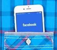 IPhone 6 που επιδεικνύει την εφαρμογή Facebook Στοκ Φωτογραφίες