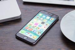 Iphone 6 στο λειτουργώντας πίνακα Στοκ Φωτογραφίες