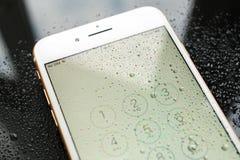 IPhone 7 συν την αδιάβροχη κάρτα sim που δεν παρεμβάλλεται Στοκ φωτογραφία με δικαίωμα ελεύθερης χρήσης