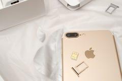 IPhone 7 συν τη διπλή ενότητα ΚΑΡΤΏΝ καμερών unboxing inser SIM Στοκ εικόνα με δικαίωμα ελεύθερης χρήσης