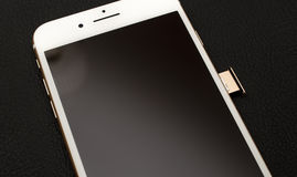 IPhone 7 συν τη διπλή ενότητα ΚΑΡΤΏΝ καμερών unboxing inser SIM Στοκ φωτογραφίες με δικαίωμα ελεύθερης χρήσης
