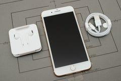 IPhone 7 συν τη διπλή unboxing αστραπή καμερών σε 3 ακουστικό 5 χιλ. Στοκ εικόνα με δικαίωμα ελεύθερης χρήσης
