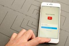IPhone 7 συν τον έλεγχο Youtube app σημάδι-μέσα Στοκ φωτογραφία με δικαίωμα ελεύθερης χρήσης
