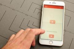 IPhone 7 συν τον έλεγχο Youtube app σημάδι-μέσα Στοκ φωτογραφίες με δικαίωμα ελεύθερης χρήσης