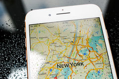 IPhone 7 συν τον αδιάβροχο χάρτη της Νέας Υόρκης στους χάρτες apps Στοκ εικόνες με δικαίωμα ελεύθερης χρήσης